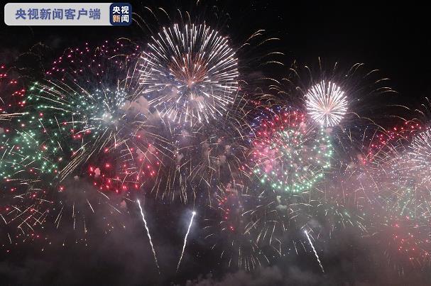 10艘船上燃放17吨 300万人共赏巴西里约热内卢新年焰火