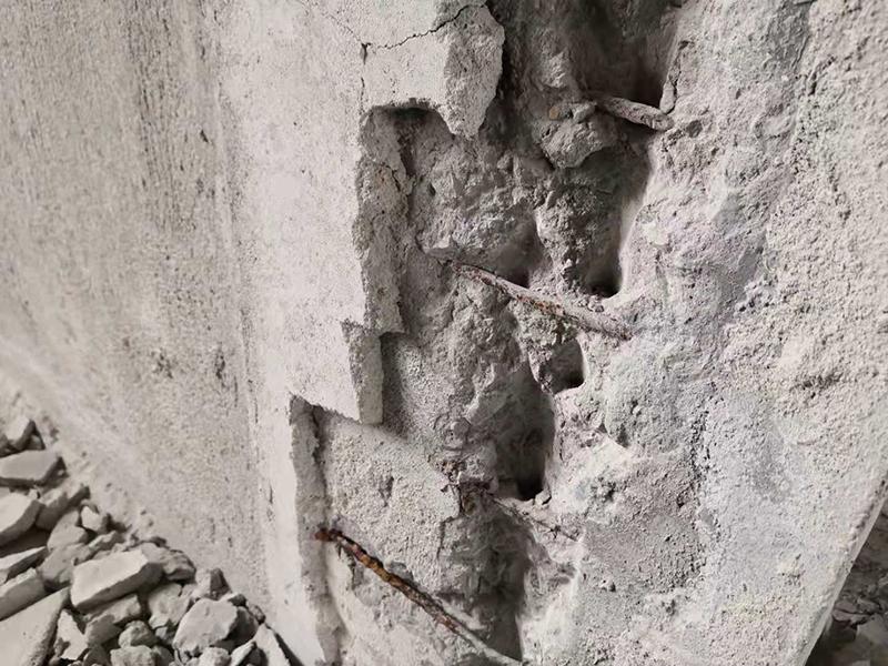 墙面内生锈的钢筋。jpeg
