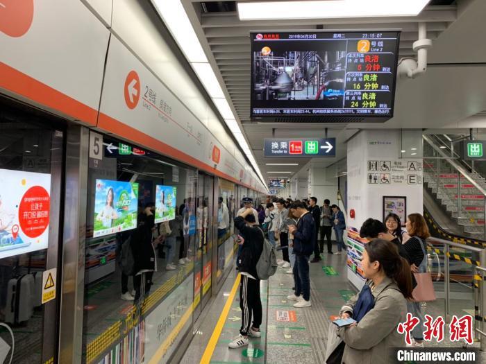 图为杭州等待地铁的民众。(资料图)