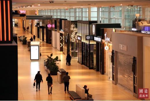当地时间3月18日,加拿大多伦多某大型商场内一片冷清,商场内绝大部分商铺已停业。<a