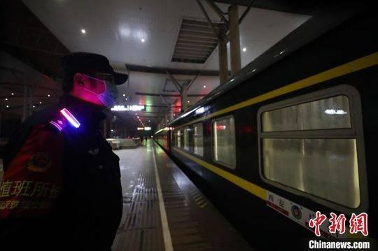 武汉开放铁路出站通道首批乘客抵达武昌火车站