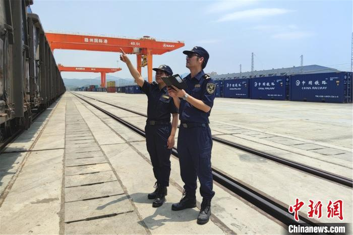 首班深赣欧班列抵达赣州港预计20天后到达德国