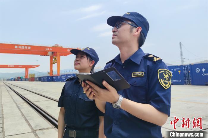 图为赣州海关工作人员查验货物。