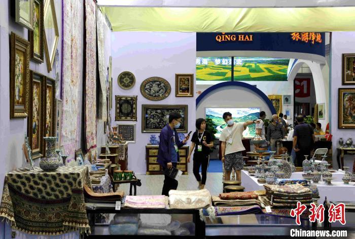 """博览会特设一带一路""""展区,汇聚34个国家和地区的工艺品和文创产品。"""