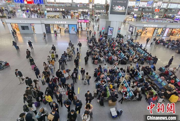 """黄金周""""收官"""" 长三角铁路8日预计发送旅客255万人"""