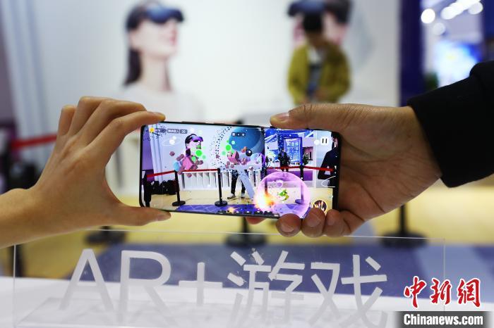 图为参观者体验现场的AR增强现实游戏。