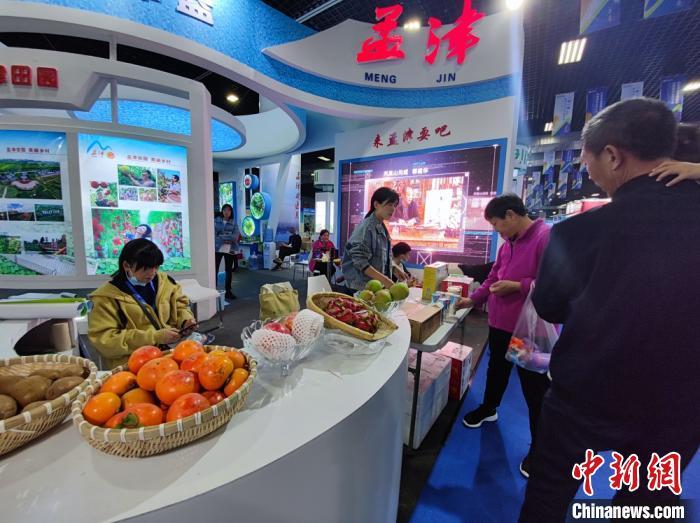 """图为一带一路""""(洛阳)国际农业合作博览会上河南本地农副产品展出。"""