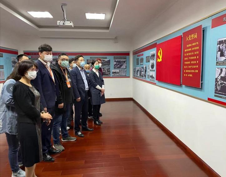 """《股东来了》大连赛区""""映红之旅"""" 走进大连中华工学会旧址"""