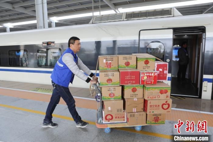 """兰州""""高铁带货""""畅通""""物流圈"""" 双11快递到发逾千吨"""