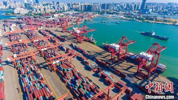 图为海口秀英港集装箱码头。