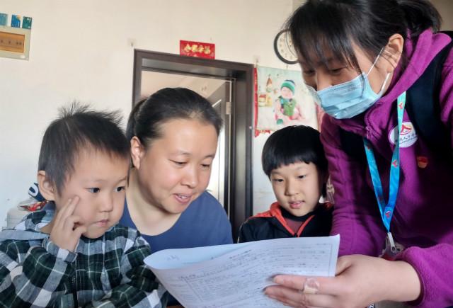 2020年11月10日,北京市豐臺區東高地街道萬源南里社區的普查人員在居民家中進行普查登記。新華社圖。