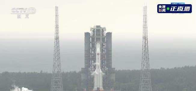 """中国首个空间站核心舱""""天河""""发射"""