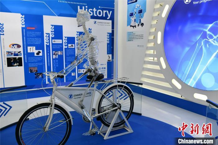 4月13日,博鳌笑城国际医疗旅游先走区国际创新药械开幕。图为展览的先辈医疗器械。