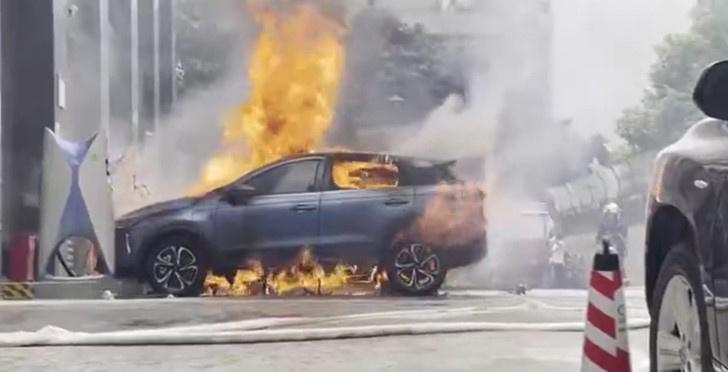 Xpeng Motors在充电站自燃现场发生了激烈的火灾