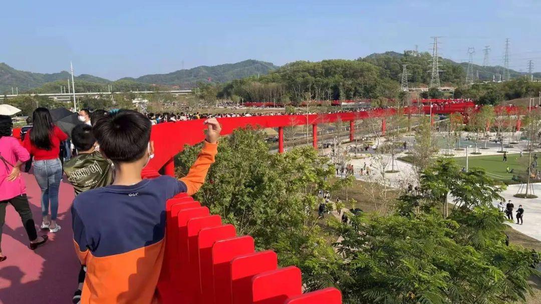 深圳网红打卡全是游客。在海湾地区的海潮中玩耍的方式变得流行起来