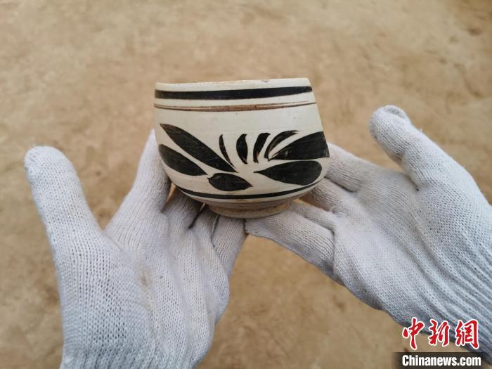 图为此次考古发掘出土的元代瓷器残片