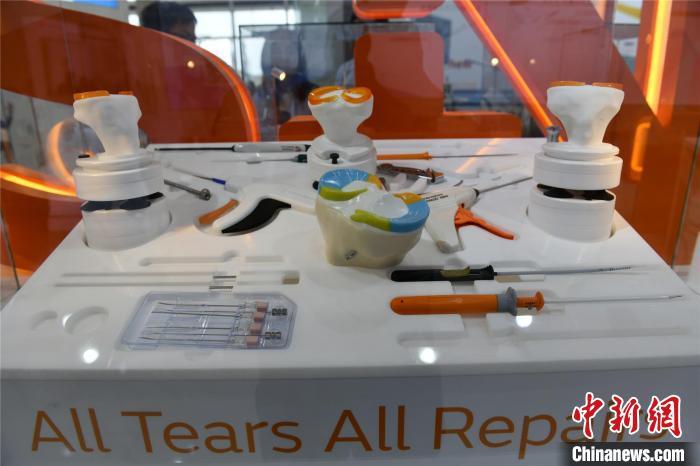 4月13日,博鳌笑城国际医疗旅游先走区国际创新药械开幕。图为展览的先辈医疗器械。凌楠