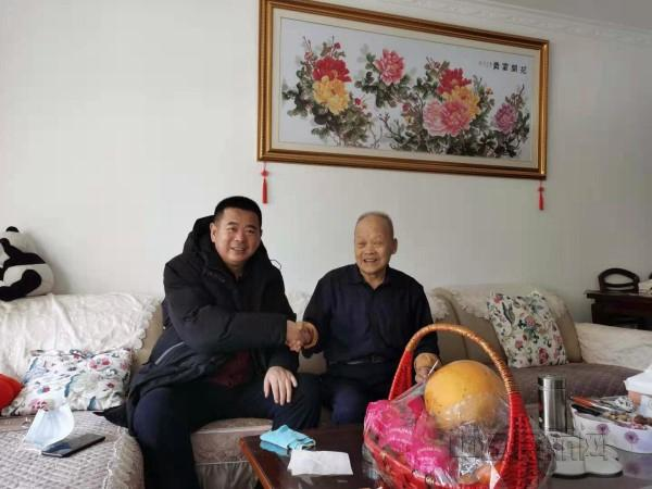 锡林浩特机场公司党委春节前走访慰问老党员