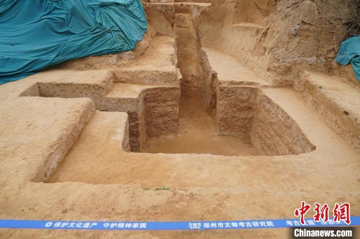 图为此次发掘出的一座墓葬